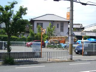 医院1軒隣り(高槻側)に契約駐車場があります。